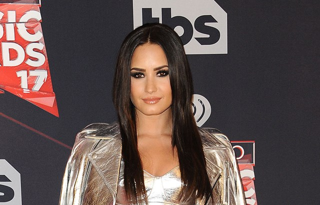 Demi Lovato Shows Off Killer New Lob At The 2017 Nickelodeon Kids' Choice Awards